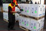 Petugas cargo membawa envirotainer berisi vaksin COVID-19 Pfizer setibanya di Terminal Cargo Bandara Internasional Juanda, Sidoarjo, Jawa Timur, Kamis (19/8/2021). sebanyak 36 kardus yang berisi vaksin pfizer tersebut selanjutnya akan didistribusikan ke sejumlah wilayah di Jatim guna mendukung percepatan vaksinasi COVID-19. Antara Jatim/Umarul Faruq/zk