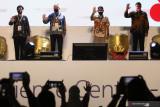 Menteri Pariwisata dan Ekonomi Kreatif Sandiaga Salahuddin Uno (kedua kanan) didampingi duta besar Finlandia untuk Indonesia H E Jari Singkari (kedua kiri), Direktur dan Kepala Operasional Indosat Ooredoo Vikram Sinha (kanan) dan Rektor Institut Teknologi Sepuluh Nopember (ITS) Prof Mochamad Ashari (kiri) mengangkat tangan simbol 5G saat peluncuran layanan 5G Indosat Ooredoo dan '5G Experience Center' atau pusat layanan teknologi 5G di Gedung Robotika ITS Surabaya, Jawa Timur, Kamis (16/9/2021). Keberadaan 5G Experience Center atau pusat layanan teknologi 5G di kampus tersebut untuk menyediakan pendidikan, pengembangan, dan kemampuan pengujian di bidang 5G dalam rangka membantu memperkuat talenta digital lokal, mempercepat pengembangan konten dan use case 5G lokal, serta mendorong pembangunan ekonomi dengan memanfaatkan keunggulan teknologi 5G. Antara Jatim/Didik Suhartono/zk