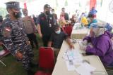 Panglima Koarmada II Laksda TNI Iwan Isnuwanto (kiri) bersama Bupati Kediri Hanindhito Himawan Pramana (ketiga kiri) meninjau pelaksanaan kegiatan Serbuan Vaksinasi COVID-19 di Stadion Canda Bhirawa, Kediri, Jawa Timur, Kamis (16/9/2021). Serbuan vaksinasi COVID-19 yang diselenggarakan TNI AL tersebut menargetkan 35 ribu peserta dari usia 12 tahun hingga lansia. Antara Jatim/Prasetia Fauzani/zk