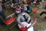Warga mengisi formulir sebelum mendapatkan suntikan vaksin saat pelaksanaan kegiatan Serbuan Vaksinasi COVID-19 di Stadion Canda Bhirawa, Kediri, Jawa Timur, Kamis (16/9/2021). Serbuan vaksinasi COVID-19 yang diselenggarakan TNI AL tersebut menargetkan 35 ribu peserta dari usia 12 tahun hingga lansia. Antara Jatim/Prasetia Fauzani/zk