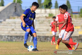 Pemain tim sepak bola Jabar Wildan (kiri) berebut bola dengan pemain dari club Persindra di Stadion Tridaya, Indramayu, Jawa Barat, Kamis (16/9/2021). Laga uji tanding tersebut sebagai bagian dari persiapan tim sepak bola Jawa Barat untuk berlaga di PON Papua mendatang. ANTARA FOTO/Dedhez Anggara/agr