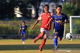 Pemain tim sepak bola Jawa Barat Yoga (kanan) berebut bola dengan pemain dari klub Persindra di Stadion Tridaya, Indramayu, Jawa Barat, Kamis (16/9/2021). Laga uji tanding tersebut sebagai bagian dari persiapan tim sepak bola Jawa Barat untuk berlaga di PON Papua mendatang. ANTARA FOTO/Dedhez Anggara/agr