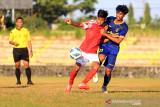 Pemain tim sepak bola Jabar Andri (kanan) berebut bola dengan pemain dari club Persindra di Stadion Tridaya, Indramayu, Jawa Barat, Kamis (16/9/2021). Laga uji tanding tersebut sebagai bagian dari persiapan tim sepak bola Jawa Barat untuk berlaga di PON Papua mendatang. ANTARA FOTO/Dedhez Anggara/agr