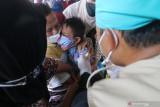 Petugas kesehatan menyuntikkan vaksin kepada anak berkebutuhan khusus saat pelaksanaan kegiatan Serbuan Vaksinasi COVID-19 di Stadion Canda Bhirawa, Kediri, Jawa Timur, Kamis (16/9/2021). Dinas Kesehatan daerah setempat menargetkan pemberian vaksin COVID-19 kepada empat ribu Orang Dengan Gangguan Jiwa (ODGJ) dan disabilitas. Antara Jatim/Prasetia Fauzani/zk