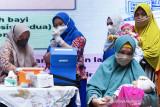 Tenaga kesehatan menyiapkan vaksin pneumococcal conjugate vaccine (PCV) saat imunisasi pneumonia gratis di Karawang, Jawa Barat, Kamis (16/9/2021). Pemerintah Provinsi Jawa Barat terus berupaya mencegah penyakit pneumonia atau paru-paru basah pada balita dengan program imunisasi PCV untuk menekan jumlah penderita pneumonia pada anak-anak di Jawa Barat. ANTARA FOTO/M Ibnu Chazar/agr