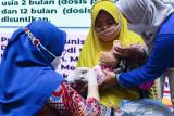 Tenaga kesehatan menyuntikkan vaksin Pneumococcal Conjugate Vaccine (PCV) kepada seorang balita saat imunisasi pneumonia gratis di Karawang, Jawa Barat, Kamis (16/9/2021). Pemerintah Provinsi Jawa Barat terus berupaya mencegah penyakit pneumonia atau paru-paru basah pada balita dengan program imunisasi PCV untuk menekan jumlah penderita pneumonia pada anak-anak di Jawa Barat. ANTARA FOTO/M Ibnu Chazar/agr