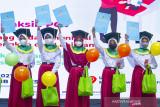 Sejumlah anak sekolah dasar menunjukkan sertifikat saat wisuda imunisasi di Karawang, Jawa Barat, Kamis (16/9/2021). Wisuda tersebut dilakukan kepada balita dan anak sekolah yang telah melakukan imunisasi dasar, lengkap dan lanjutan untuk menciptakan generasi sehat di Indonesia. ANTARA FOTO/M Ibnu Chazar/agr