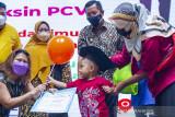 Wakil Bupati Karawang Aep Syaepuloh (kedua kanan) menyaksikan seorang balita menerima sertifikat saat wisuda imunisasi di Karawang, Jawa Barat, Kamis (16/9/2021). Wisuda tersebut dilakukan kepada balita dan anak sekolah yang telah melakukan imunisasi dasar, lengkap dan lanjutan untuk menciptakan generasi sehat di Indonesia. ANTARA FOTO/M Ibnu Chazar/agr