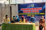 Istri nelayan di Ulak Karang Selatan, Padang dilatih membuat rendang seafood