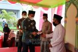 Bupati Lampung Barat serahkan insentif bagi guru ngaji