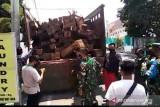 Truk pengangkut kayu ilegal dari Sumbawa diamankan di jalan raya Labuhan Lombok-Pringgabaya