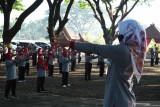 Warga lanjut usia (lansia) dengan menerapkan protokol kesehatan pencegahan COVID-19 mengikuti senam bersama di Kota Madiun, Jawa Timur, Jumat (17/9/2021). Kegiatan senam bersama lansia dilanjutkan pemeriksaan kesehatan yang diikuti ratusan warga lansia se-Kota Madiun tersebut dimaksudkan untuk menjaga kebugaran dan meningkatkan imunitas tubuh pada masa pandemi COVID-19. Antara Jatim/Siswowidodo/zk