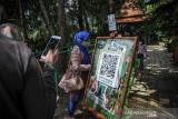 Pengunjung memindai kode batang dari aplikasi peduli lindungi sebelum memasuki kawasan wisata The Lodge Maribaya, Lembang, Kabupaten Bandung Barat, Jawa Barat, Jumat (17/9/2021). Kawasan Wisata The Lodge menjadi kawasan wisata percontohan dalam masa uji coba pembukaan kawasan wisata di Lembang, Kabupaten Bandung Barat dalam penerapan protokol kesehatan serta penggunaan aplikasi Peduli Lindungi pada masa PPKM level 3. ANTARA FOTO/Raisan Al Farisi/agr