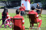 Presiden Jokowi bertukar kenang-kenangan dengan Leani Ratri Oktila