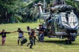 Sejumlah tenaga kesehatan (Nakes) korban penyerangan Kelompok Kriminal Bersenjata (KKB) turun dari helikopter milik TNI AD di Lapangan Frans Kaisepo Makodam XVII Cenderawasih, Kota Jayapura, Papua, Jumat (17/9/2021). Sembilan dari 11 tenaga kesehatan Puskesmas Kiwirok, Kabupaten Pegunungan Bintang yang menjadi korban penyerangan KKB pada Senin (13/9/2021) di evakuasi ke Jayapura untuk menjalani perawatan di Rumah Sakit Marthen Indey, Kota Jayapura. ANTARA FOTO/Indrayadi TH/nym.