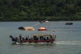 Petugas SAR gabungan melakukan penyisiran di sekitar lokasi tenggelamnya kapal Pengayoman IV milik Kemenkumham di perairan Cilacap, Jawa Tengah, Jumat (17/9/2021). Kapal Pengayoman IV berjenis feri, yang digunakan untuk angkutan orang dan barang menuju Pulau Nusakambangan mengalami kecelakaan laut saat bertolak dari dermaga Wijayapura Cilacap menuju dermaga Sodong Nusakambangan sehingga menyebabkan dua orang meninggal. ANTARA FOTO/Idhad Zakaria/nym.