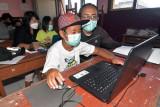 Sejumlah siswa didampingi orang tuanya mengikuti latihan cara mengoperasikan komputer dalam persiapan Asesmen Nasional Berbasis Komputer (ANBK) 2021 di SD Negeri 11 Sumerta, Denpasar, Bali, Jumat (17/9/2021). Kegiatan yang digelar dengan menerapkan protokol kesehatan tersebut untuk melatih siswa SD dalam menyelesaikan soal ANBK yang akan digelar pada bulan November 2021. ANTARA FOTO/Nyoman Hendra Wibowo/nym.
