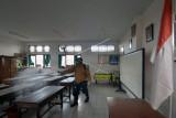 Satgas COVID-19 Tangguh Dewata Desa Sumerta Kelod menyemprotkan cairan disinfektan pada kawasan sekolah saat Pemberlakuan Pembatasan Kegiatan Masyarakat (PPKM) Level 3 di SD Negeri 4 Sumerta, Denpasar, Bali, Jumat (17/9/2021). Kegiatan sterilisasi di sekolah tersebut merupakan persiapan pembelajaran tatap muka (PTM) yang rencananya akan mulai digelar dalam waktu dekat menyusul kasus COVID-19 di Bali mengalami penurunan. ANTARA FOTO/Nyoman Hendra Wibowo/nym.