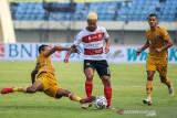 Pesepakbola Bhayangkara FC Arthur Bonai (kiri) melakukan tackling kepada pesepakbola Madura United Rafael Silva (tengah) saat berlaga pada lanjutan BRI Liga 1 antara Bhayangkara FC melawan Madura United di Stadion Si Jalak Harupat, Kabupaten Bandung, Jawa Barat, Sabtu (18/9/2021). Pertandingan tersebut dimenangkan oleh Bhayangkara FC dengan skor 1-0. ANTARA FOTO/Raisan Al Farisi/agr
