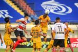 Pesepakbola Bhayangkara FC Ezechiel Ndouasel (kedua kanan) menyundul bola saat berlaga pada lanjutan BRI Liga 1 antara Bhayangkara FC melawan Madura United di Stadion Si Jalak Harupat, Kabupaten Bandung, Jawa Barat, Sabtu (18/9/2021). Pertandingan tersebut dimenangkan oleh Bhayangkara FC dengan skor 1-0. ANTARA FOTO/Raisan Al Farisi/agr