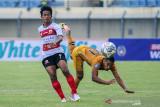 Pesepakbola Bhayangkara FC Renan Silva (kanan) berebut bola dengan pesepakbola Madura United Bayu Gatra (kiri) saat berlaga pada lanjutan BRI Liga 1 antara Bhayangkara FC melawan Madura United di Stadion Si Jalak Harupat, Kabupaten Bandung, Jawa Barat, Sabtu (18/9/2021). Pertandingan tersebut dimenangkan oleh Bhayangkara FC dengan skor 1-0. ANTARA FOTO/Raisan Al Farisi/agr