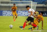 Pesepakbola Bhayangkara FC Hargianto (kanan) berebut bola dengan pesepakbola Madura United Samuel (kiri) saat berlaga pada lanjutan BRI Liga 1 antara Bhayangkara FC melawan Madura United di Stadion Si Jalak Harupat, Kabupaten Bandung, Jawa Barat, Sabtu (18/9/2021). Pertandingan tersebut dimenangkan oleh Bhayangkara FC dengan skor 1-0. ANTARA FOTO/Raisan Al Farisi/agr