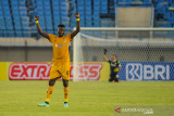 Pesepakbola Bhayangkara FC Ezechiel Ndouasel melakukan seleberasi saat berlaga pada lanjutan BRI Liga 1 antara Bhayangkara FC melawan Madura United di Stadion Si Jalak Harupat, Kabupaten Bandung, Jawa Barat, Sabtu (18/9/2021). Pertandingan tersebut dimenangkan oleh Bhayangkara FC dengan skor 1-0. ANTARA FOTO/Raisan Al Farisi/agr