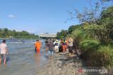 Petugas evakuasi jasad seorang  warga yang tenggelam di Sungai Ogan
