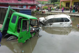 Kecelakaan beruntun di Jalan Lintas Bukittinggi-Padang sejumlah kendaraan masuk sawah dan kolam
