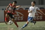 Pesepak bola Bali United, Andhika Wijaya (kiri) berebut bola dengan pemain Persib Bandung Marc Klok dalam pertandingan lanjutan Liga 1 2021 di Tangerang, Banten, Sabtu (18/9/2021). Pertandingan berakhir imbang dengan skor 2 - 2. Antaranews Bali/Bali United/nym.