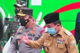 Kapolri Jenderal Pol Listyo Sigit Prabowo (kedua kanan) didampingi Gubernur Jambi Al Haris (kanan) setibanya di tempat vaksinasi COVID-19 untuk umum di Jambi, Jumat (17/9/2021). Panglima TNI Marsekal Hadi Tjahjanto meminta pemerintah daerah di Jambi terus mengejar jumlah capaian vaksinasi Covid-19 di daerah itu hingga di atas 50 persen. ANTARA FOTO/Wahdi Septiawan/hp.