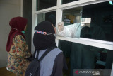 PENINGKATAN LAYANAN SWAB ANTIGEN GRATIS. Petugas medis melakukan tes Usap Antigen dan PCR COVID-19 secara gratis terhadap mahasiswa dan warga di Labkesda provinsi Aceh, Banda Aceh, Jumat (17/9/2021).  Pemerintah Aceh mengoptimalkan pelayanan usap Antigen dan PCR  termasuk pada hari libur sehubungan meningkatnya aktivitas warga dan termasuk mahasiswa sebagai syarat perjalanan ke luar Aceh dalam upaya mencegah peningkatan kasus COVIDF-19. ANTARA FOTO/Ampelsa.