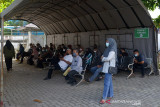 PENINGKATAN LAYANAN SWAB ANTIGEN GRATIS. Sejumlah warga antri menunggu dalam tenda untuk mendapatkan tes Usap Antigen dan PCR COVID-19 secara gratis  di Labkesda provinsi Aceh, Banda Aceh, Jumat (17/9/2021).  Pemerintah Aceh mengoptimalkan pelayanan usap Antigen dan PCR  termasuk pada hari libur sehubungan meningkatnya aktivitas warga dan termasuk mahasiswa sebagai syarat perjalanan ke luar Aceh dalam upaya mencegah peningkatan kasus COVIDF-19. ANTARA FOTO/Ampelsa.