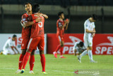 Pesepakbola PSM Makasar Zulkifli Syukur berpelukan dengan Erwin Gutawa usai berlaga pada lanjutan BRI Liga 1 antara PSM Makasar melawan Persebaya Surabaya di Stadion Si Jalak Harupat, Kabupaten Bandung, Jawa Barat, Sabtu (18/9/2021). Pertandingan tersebut dimenangkan oleh PSM Makasar dengan skor 3-1. ANTARA FOTO/Raisan Al Farisi/agr