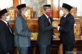 Wakil Bupati Tulungagung terpilih, Gatut Sunu Wibowo (kanan) menerima ucapan selamat dari anggota dewan usai terpilih dalam bursa pemilihan Wakil Bupati Tulungagung di DPRD Tulungagung, Tulungagung, Jawa Timur, Sabtu (18/9/2021). Dalam pemilihan semi-tertutup untuk mengisi kekosongan jabatan Wakil Bupati Tulungagung sisa masa jabatan 2018-2021  itu, kandidat yang diusung PDIP, Gatut Sunu Wibowo menang suara mutlak dengan meraup 34 suara berbanding 15 suara untuk Panhis Yodi Irawan yang diusung Partai Nasdem. Antara Jatim/Destyan Sujarwoko/zk