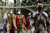 Model memperagakan busana batik Banyuwangi di Taman Gandrung Terakota, Banyuwangi, Jawa Timur, Sabtu (18/9/2021). Peragaan busana itu selain sebagai upaya mengenalkan Batik Banyuwangi juga untuk membagkitkan UMKM batik setempat. Antara Jatim/Budi Candra Setya/zk