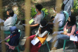 Sejumlah pelajar antre untuk mendapatkan suntikkan vaksin COVID-19 di Taman Hutan Kota Joyoboyo, Kota Kediri, Jawa Timur, Sabtu (18/9/2021). Pemerintah daerah setempat berupaya mempercepat vaksinasi COVID-19 melalui vaksinasi massal kepada pelajar usia 12 tahun ke atas seiring telah dimulainya Pembelajaran Tatap Muka Terbatas (PTMT) di sejumlah sekolah. Antara Jatim/Prasetia Fauzani/zk