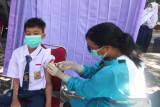 Petugas kesehatan menyuntikkan vaksin COVID-19 kepada pelajar di Taman Hutan Kota Joyoboyo, Kota Kediri, Jawa Timur, Sabtu (18/9/2021). Pemerintah daerah setempat berupaya mempercepat vaksinasi COVID-19 melalui vaksinasi massal kepada pelajar usia 12 tahun ke atas seiring telah dimulainya Pembelajaran Tatap Muka Terbatas (PTMT) di sejumlah sekolah. Antara Jatim/Prasetia Fauzani/zk