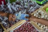 Pedagang melakukan transaksi di toko milik Pemerintah Desa Darmaraja yang disewakan dan dikelola oleh Badan Usaha Milik Desa (BUMDes) Bangkit di Dusun Awiluar, Desa Daramaraja, Kabupaten Ciamis, Jawa Barat, Minggu (19/9/2021). Pemerintah Provinsi Jawa Barat terus mengupayakan kemajuan desa untuk meningkatkan aktivitas perekonomian masyarakat di desa dengan meluncurkan program BUMDes Jabar juara. ANTARA FOTO/Adeng Bustomi/agr