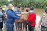 Polisi beri bantuan sembako kepada korban banjir di Mukomuko