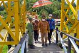 Desa di pelosok Kotim bangun jembatan cantik hasil desain lokal