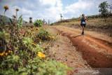 Peserta Manglayang Trail Running 2021 melewati perkebunan di Kaki Gunung Manglayang, Jatinangor, Kabupaten Sumedang, Jawa Barat, Minggu (19/9/2021). Manglayang Trail Running 2021 yang diadakan oleh IKA Unpad dan Palawa Indonesia tersebut diikuti oleh 150 orang peserta dari berbagai kota di Indonesia dengan dua kategori half marathon 21 kilometerdan full marathon 42 kilometer. ANTARA FOTO/Raisan Al Farisi/agr