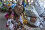 Dua anak kecil bersama relawan Bank Sampah Latanza menimbang sampah saat memperingati hari bersih-bersih sedunia di kawasan Cikampek, Karawang, Jawa Barat, Minggu (19/9/2021). Kegiatan tersebut bertujuan untuk mengajak masyarakat sadar kebersihan lingkungan dan membuang sampah pada tempatnya. ANTARA FOTO/M Ibnu Chazar/agr