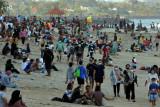 Wisatawan memadati kawasan Pantai Sanur di tengah Pemberlakuan Pembatasan Kegiatan Masyarakat (PPKM) level 3 di Denpasar, Bali, Minggu (19/9/2021). Obyek wisata yang dicanangkan sebagai kawasan zona hijau bebas COVID-19 tersebut ramai dikunjungi wisatawan setelah PPKM level 4 diturunkan menjadi level 3. ANTARA FOTO/Nyoman Hendra Wibowo/nym.