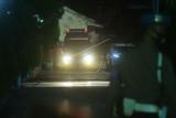 Sebuah mobil ambulans membawa jenazah pimpinan kelompok teroris MIT Poso Ali Kalora menuju tempat pemakaman dari RS Bhayangkara di Palu, Sulawesi Tengah, Minggu (19/9/2021). Pihak kepolisian memakamkan jenazah pimpinan kelompok teroris MIT Poso Ali Kalora dan pengikutnya yakni Jaka Ramadan yang tewas dalam kontak senjata dengan Satgas Madago Raya di Kabupaten Parigi Moutong pada Sabtu (18/9/2021) di TPU Poboya, Palu, Sulawesi Tengah. ANTARA FOTO/Mohamad Hamzah/wsj.