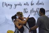 Calon penumpang penerbangan repatriasi menuju Australia memeluk rekannya di Terminal Internasional Bandara Internasional I Gusti Ngurah Rai, Badung, Bali, Sabtu (18/9/2021). Sekitar 170 orang warga negara Australia kembali ke negaranya dengan penerbangan repatriasi menggunakan pesawat maskapai Qantas Airways nomor penerbangan QF108 dari Bali menuju Darwin, Australia pada Minggu (19/9) pukul 01.10 WITA. ANTARA FOTO/Fikri Yusuf/nym.
