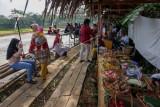 Pengunjung membeli makanan dari pedagang di Wisata Kuliner Ubud Brayo, Kecamatan Wonotunggal, Kabupaten Batang, Jawa Tengah, Minggu (19/9/2021). Tempat wisata kuliner itu terdiri dari 17 lapak pedagang dari 24 UMKM Kabupaten Batang yang menawarkan menu makanan khas Bali dan lokal sehingga menjadi salah satu destinasi wisata kuliner favorit dengan pemandangan di tepi sawah. ANTARA FOTO/Harviyan Perdana Putra/nym.