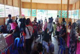 Warga Desa Inu mendapat pelayanan pemeriksaan kesehatan gratis
