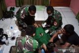 Satgas TNI Yonif 403 bantu sunat anak di perbatasan