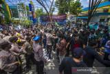 Sejumlah mahasiswa yang tergabung dalam HMI Cabang Banjarmasin terlibat saling dorong dengan petugas kepolisian saat melakukan aksi unjuk rasa di kawasan Jalan Lambung Mangkurat, Banjarmasin, Kalimantan Selatan, Senin (20/9/2021). Dalam aksinya HMI cabang Banjarmasin menyuarakan tiga tuntutan yakni masyarakat merasa terbatasi dengan adanya puskesmas yang memprioritaskan domisili, adanya isu tentang ketakutan warga terhadap vaksin yang beredar dan antusias tinggi namun tidak diiringi dengan ketersediaan vaksinasi. Foto Antaranews Kalsel/Bayu Pratama S.